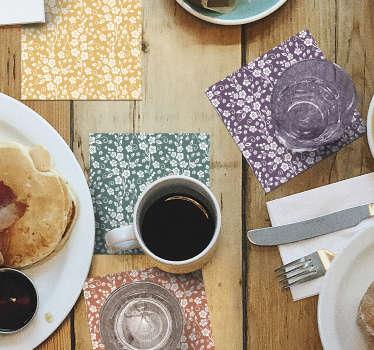 Ce magnifique dessous de verre à imprimé floral est exactement ce dont vous avez besoin pour décorer vos tables! Un design élégant avec des fleurs blanches et un fond monochrome