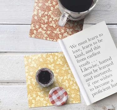 이 아름다운 빈티지 플로럴 프린트 코스터는 테이블을 장식하는 데 꼭 필요한 것입니다! 베이지 색 꽃과 단색 배경 디자인.