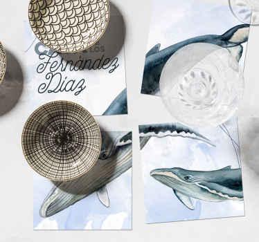Un increíble posavasos de cuatro piezas que tiene una familia de ballenas donde puedes poner el nombre de tu familia ¡Envío a domicilio!