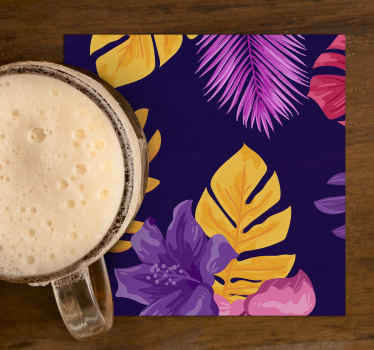 base para copos moderno padrão tropical e colorido. Tem folhas multicoloridas projetadas em fundo roxo e acrescentaria beleza ao espaço de mesa para beber.