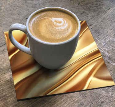 金色金属效果杯垫设计,逼真外观。您可能会喜欢它在桌子空间上增添的装饰感。