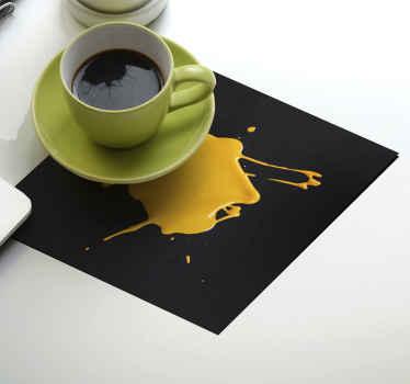 洒油漆纹理喝杯垫设计。一个带有黑色背景的矩形杯垫,外观为黄色油漆溅出。
