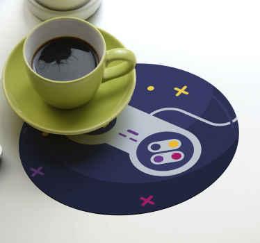 Dessous de verre jeu vidéo pour les amateurs de jeux vidéo. Ce dessous de verre rond est conçu avec un fond bleu profond et une manette de jeu aux boutons colorés.