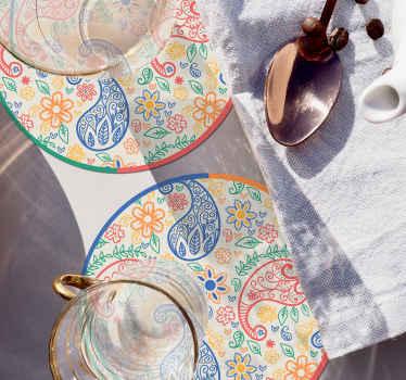Dessous de verre coloré facile à nettoyer et conçu avec un motif paisley. Il est fabriqué avec un matériau de haute qualité et facile à ranger.