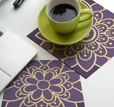 Dessous de verre violet avec une fleur dorée dessus. Un dessous de verre original et fabriqué à partir de matériaux de haute qualité. Facile à entretenir !