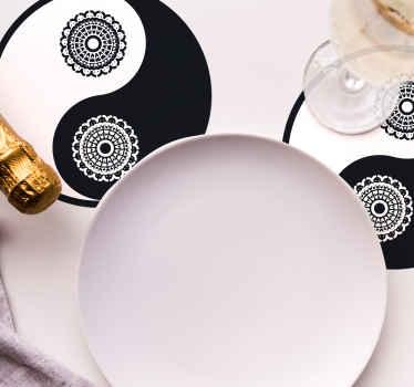 Dessous de verre rond conçu avec un motif yin et yang. Il est facile à entretenir et fabriqué avec des matériaux de haute qualité.