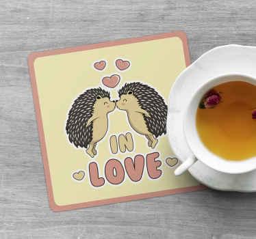 """Posavasos rectangular con diseño de ilustración de amor. Diseño de dos puercoespines besándose y """"enamorados"""""""