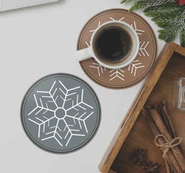 Et moderne drink coaster design, der kan bruges til at nyde drikke sammen med familie og venner til jul. Det har design af snefnug i almindelig farve.