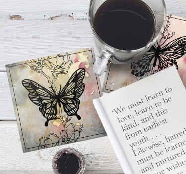 Posavasos con mariposas y flores precioso para colocar sobre una mesa. Es original, duradero y disponible en packs ¡Decora tu mesa ahora!