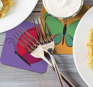 Diseño de posavasos con mariposas en diferentes colores volando. El diseño viene en diferentes colores y estilos ¡Elige tu pack ahora!