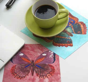 Posavasos de mariposas multicolores con fondo de color con textura. Posavasos de diseño de una gran mariposa hermosa ¡Elige el pack que tú desees!