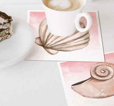 クラシックな装飾が好きで、テーブルに海底のタッチを加えたい場合は、これらの貝殻の水彩画のプレースマットが最適です。