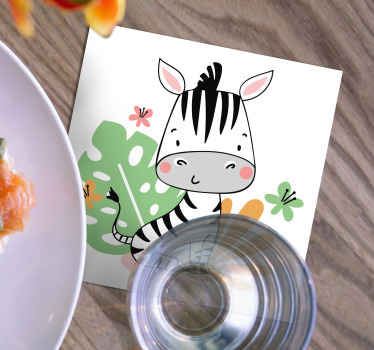 ¡Este es un posavasos con cebra ideal para decorar la mesa de tu hogar! Diseño con cebra bebé rodeada de plantas tropicales ¡Fácil de limpiar!