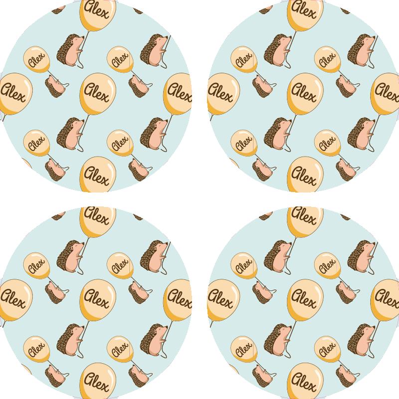 TenStickers. Porco-espinho com balão e porta-copo com nome. Feliz porco-espinho produtodrink coaster. é uma base para copos redonda com diferentes estampas de porco-espinho segurando um balão. De fácil manutenção.