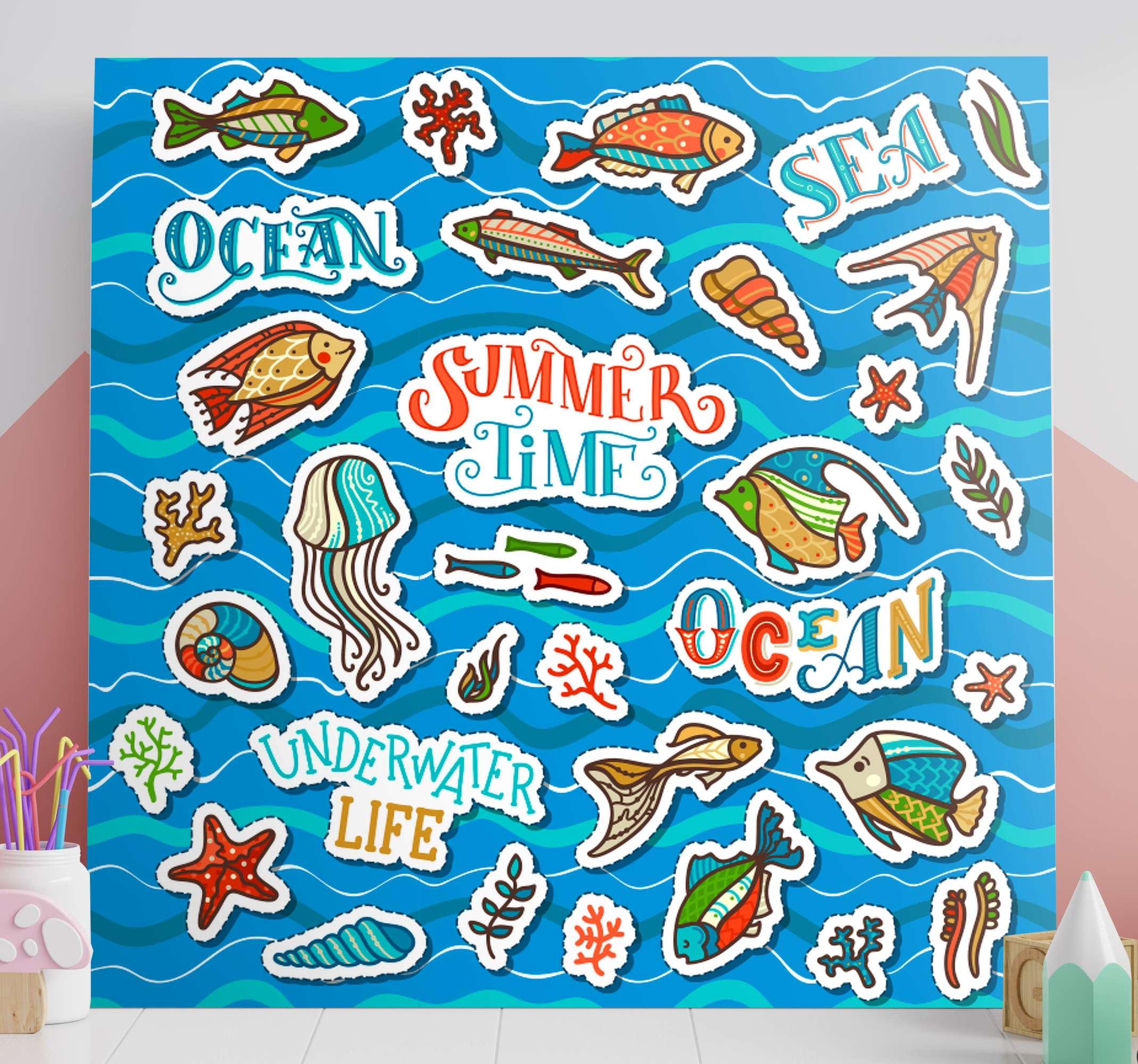 TenStickers. Dipinto per bambini Collage adesivo oceano. Stampa su tela per bambini che presenta molte immagini diverse sull'oceano, inclusi pesci, conchiglie e alghe. Scegli la tua taglia.