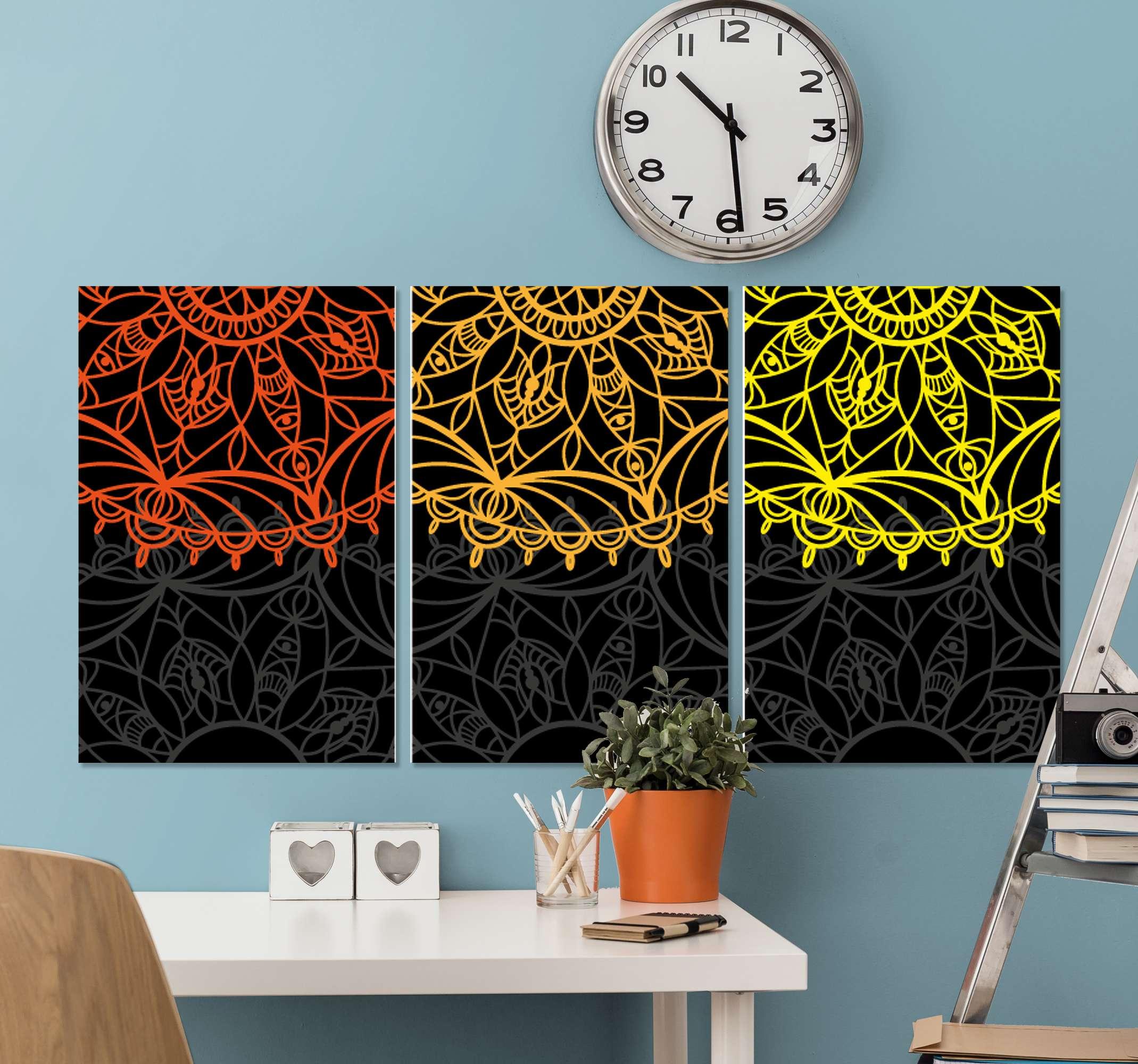 TenStickers. Toile murale mandala rouge, orange et jaune. Impression sur toile mandala dont trois impressions sur toile séparées, toutes couvertes d'un superbe design de mandala. Matériau extrêmement durable.