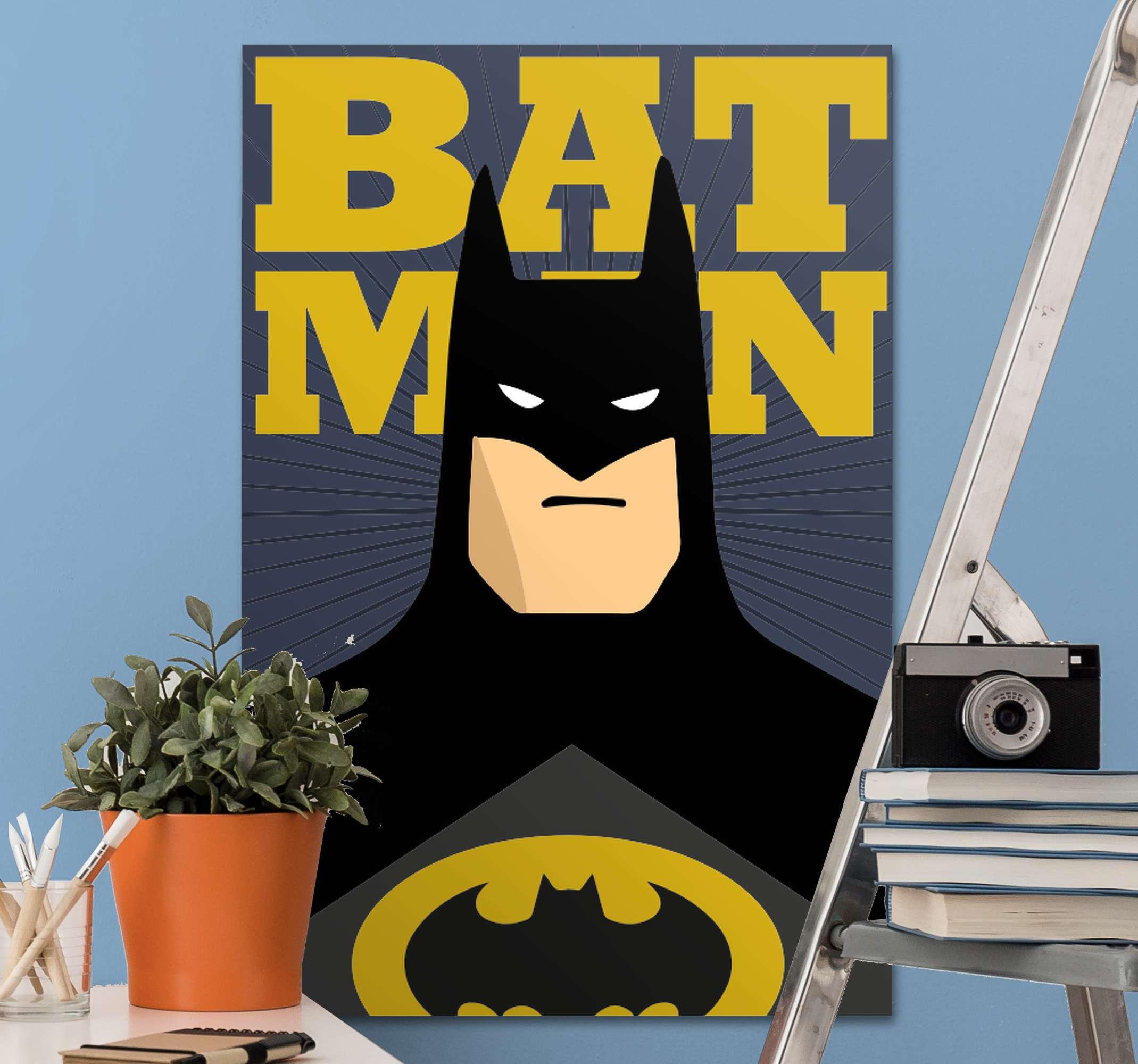 "TenStickers. 超级英雄蝙蝠侠超级英雄裱墙艺术. 蝙蝠侠的帆布打印。它显示了穿着黑色衣服的蝙蝠侠的胸像和文字""蝙蝠侠""。由优质材料制成。看看这个!"