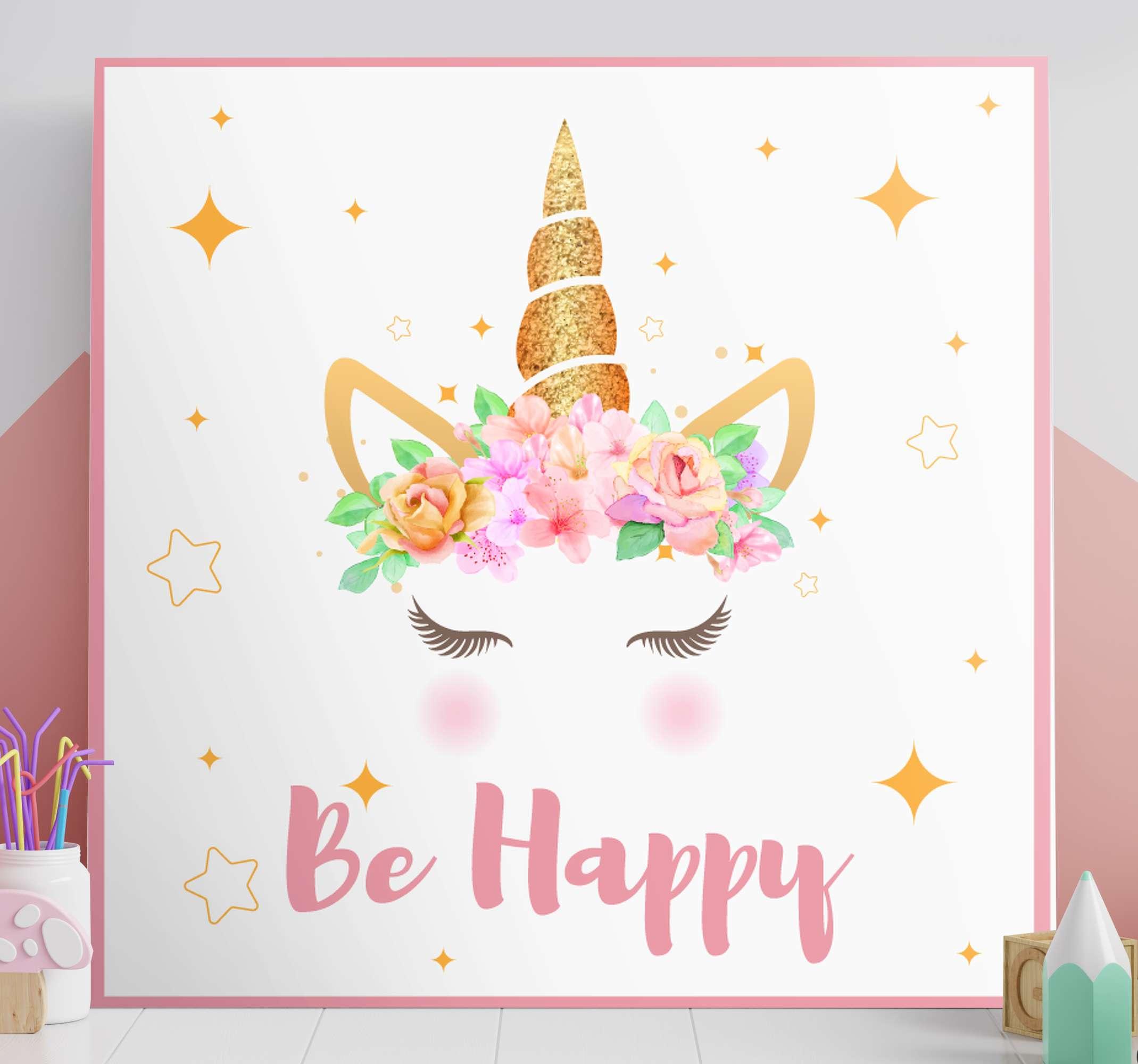 Tenstickers. Yksisarviset lause olla onnellinen yksisarvinen canvastaulu. Värikäs, hauska ja iloinen keijufantasiakangas taidetta lapsille. Kangas taideteos, joka kuvaa yksisarvisen sarvea hymyilevillä kasvoilla, kukilla ja tähdillä.
