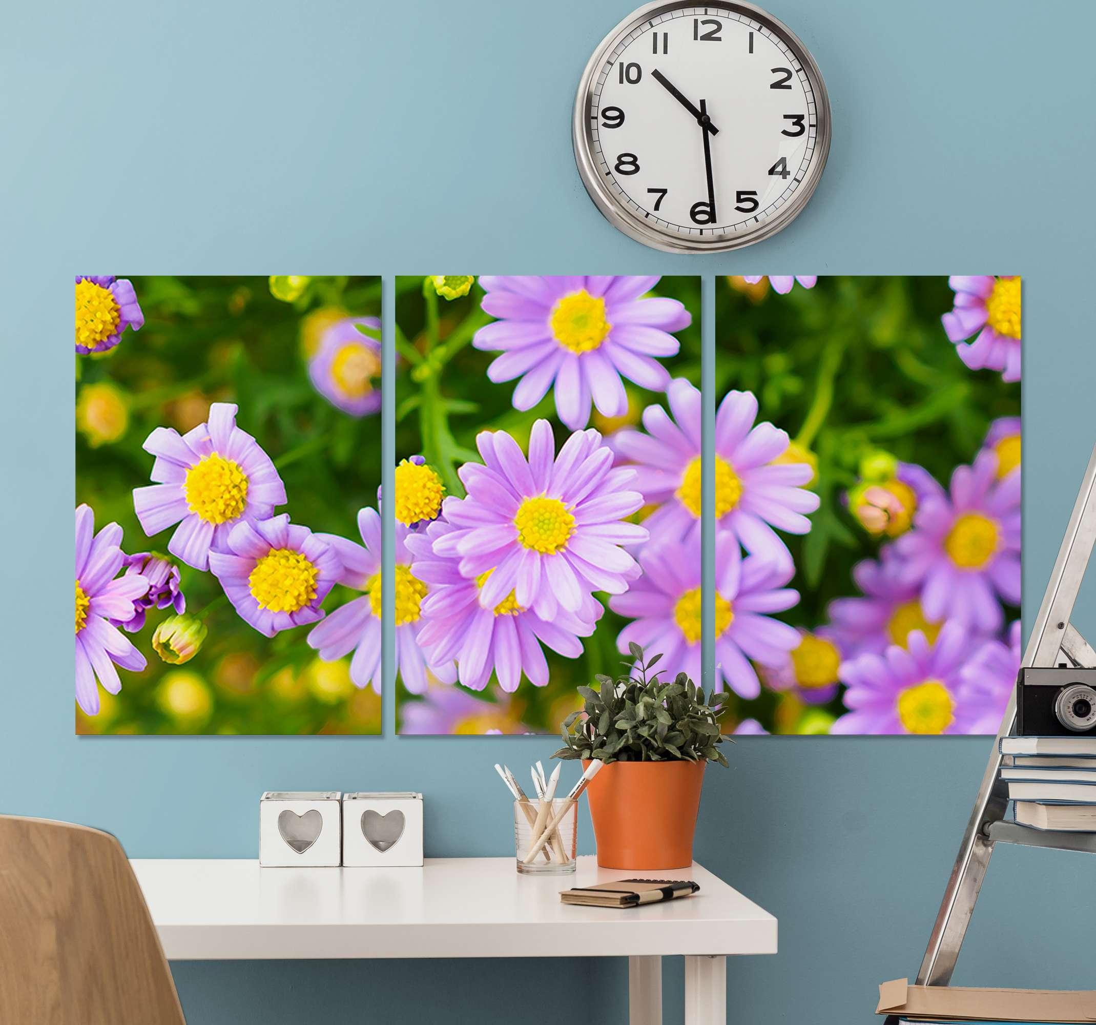 TenStickers. Quadro fiori Fiori rosa sul prato verde. Un bel set di stampe su tela di prato fiorito giallo e viola installerà un effetto elegante e guarderà il tuo spazio. Originale, resistente e opaca.