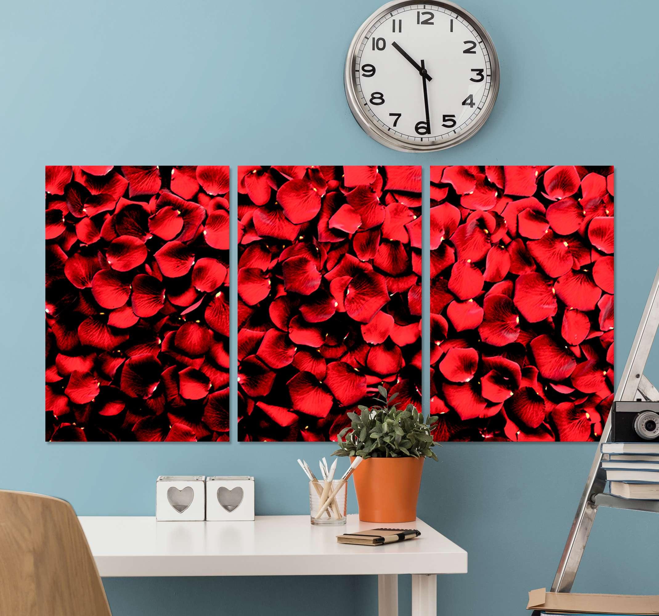 TenStickers. Røde rosenblade blomster lærred. Rosen lærredstryk, der indeholder et billede af en bunke rosenblade, der alle er farvet i en strålende nuance af rødt. Høj kvalitet.