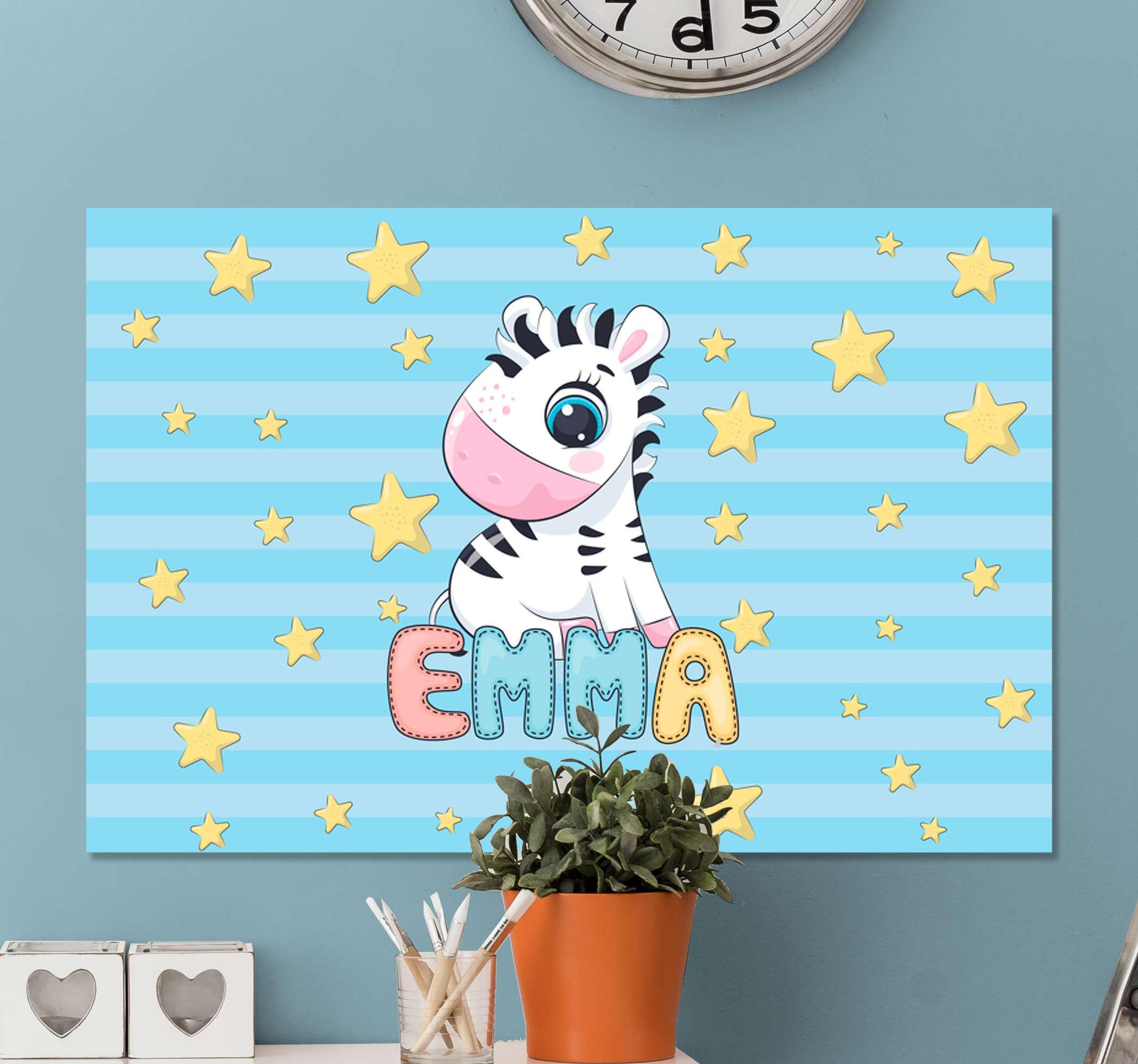 TenStickers. 可爱的斑马和星星与名称画布打印. 斑马纹帆布印花,上面有一个可爱的小斑马图像,四周是星星,下面是孩子的名字。注册10%的折扣。
