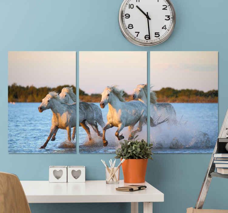 TenStickers. Quadro stampa cavallo Cavalli al galoppo. Quadro di cavalli che presenta una splendida immagine di un gruppo di cavalli che corrono attraverso uno specchio d'acqua. Scegli la tua taglia.