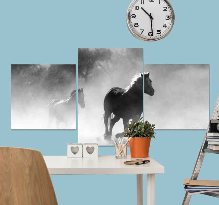 Tenstickers. Svartvit trippel hästduk. Hästduk som har en bild av två hästar som galopperar genom en skog. Extremt långvarigt material. Hög kvalitet.