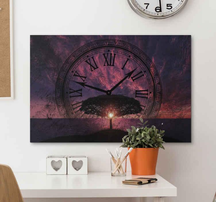 TenStickers. 불가피한 시간 흐름 캔버스 아트. 큰 시계와 함께 일몰 풍경의 디자인으로 아름다운 캔버스 아트웍 인쇄. 이 캔버스 아트로 어떤 공간을 꾸밀 수 있습니다.