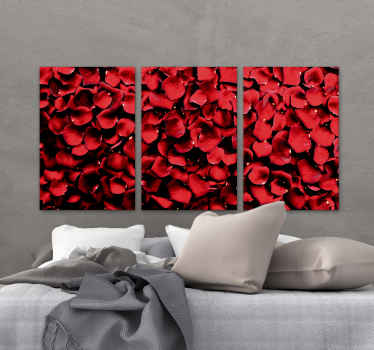 Rožni tisk na platnu, na katerem je podoba kupa cvetnih listov vrtnic, obarvanih v briljantni rdeči odtenek. Visoka kvaliteta.
