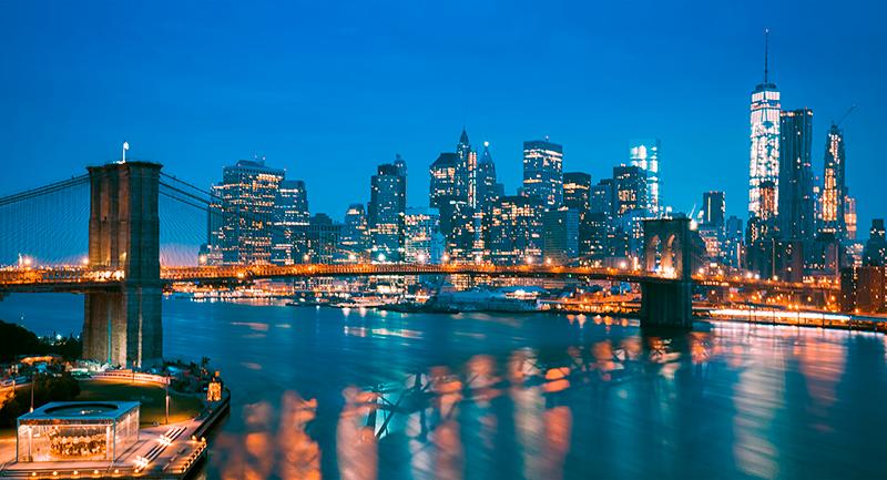 TenStickers. Tableau décoratif Gratte-ciel de new york east river la nuit. Quelle belle et époustouflante gratte-ciel de new york est la rivière est dans la conception d'art de toile de nuit. Convient à la maison, au bureau, au magasin, à la décoration de salon.