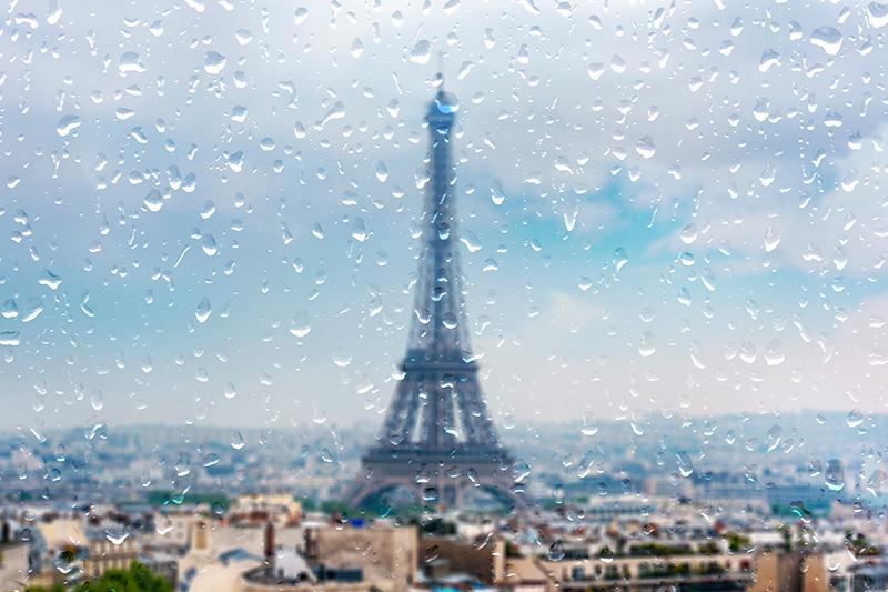 TenStickers. 비 도시 스카이 라인 인쇄에 파리 도시. 파리의 도시 풍경 캔버스 아트, eifel 수건이 높이 서 있고 도시가 비 방울로 이슬비를 내리고 있습니다. 독창적이고 어떤 공간에도 적합합니다.