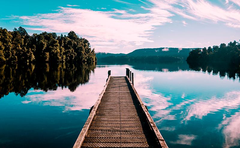 TenStickers. Natur med træer og sø soveværelse lærredstryk. Smukt soveværelse lærredstryk med en smuk sø og træer! Det vil gøre afslapning lettere! Få det leveret direkte til dit hjem af os!