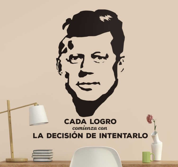 TenVinilo. Vinilo retrato y cita de John F Kennedy. Vinilos de citas célebres con contenido político y motivacionales, pronunciadas por uno de los presidentes americanos más famosos.