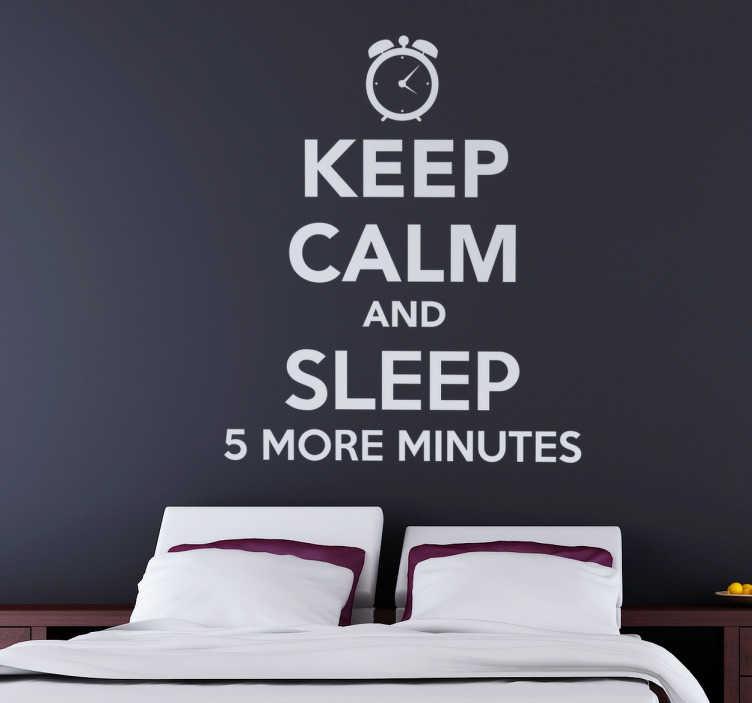 """TenStickers. Sticker keep calm sleep more. Cet autocollant basé texte se compose de l'expression """"gardez le calme et dormez 5 minutes de plus"""". Cet adhésif est parfait pour décorer."""