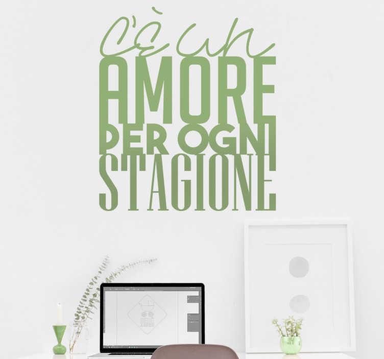 TenStickers. Adesivo citazione Eros Ramazzotti. Adesivo murale con un verso da una canzone di Eros Ramazzotti, mitico cantante pop italiano. C'è un amore per ogni stagione.