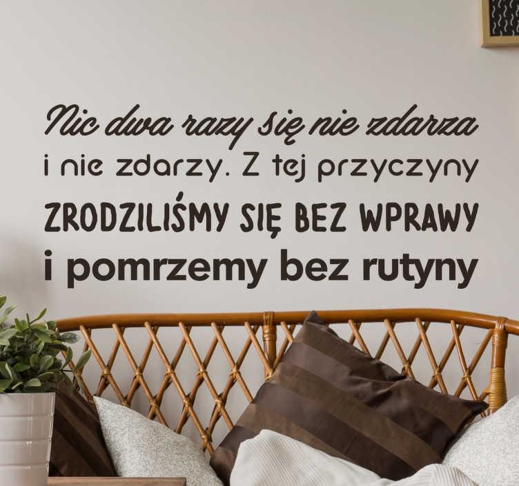 TenStickers. Naklejka Nic dwa razy się nie zdarza. Naklejka dekoracyjna prezentująca cytat z wiersza Wisławy Szymborskiej ' Nic dwa razy się nie zdarza'.
