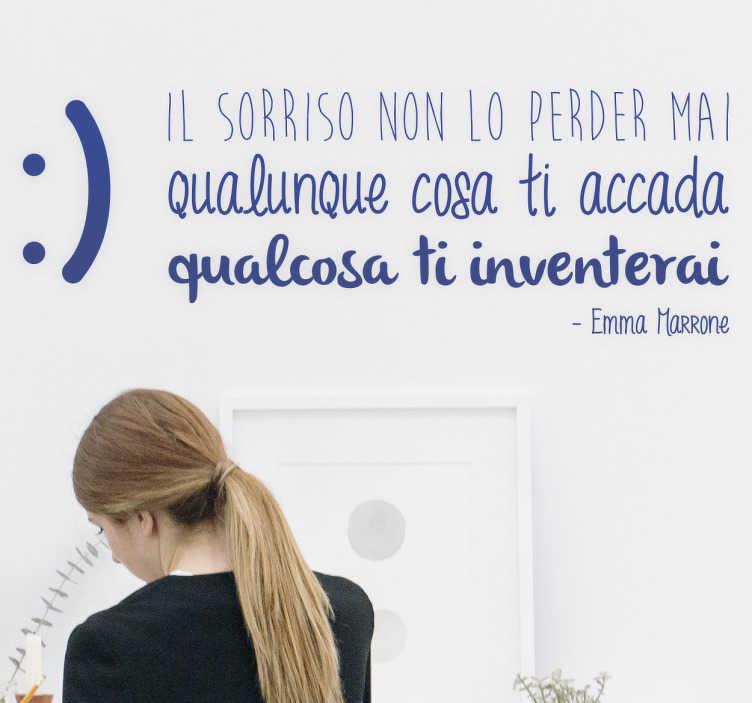 """TenStickers. Adesivo murale Il sorriso non lo perder mai. Adesivo murale con la citazione """"Il sorriso non lo perder mai qualunque cosa ti accada, qualcosa ti inventerai"""", dalla canzone di Emma Marrone."""