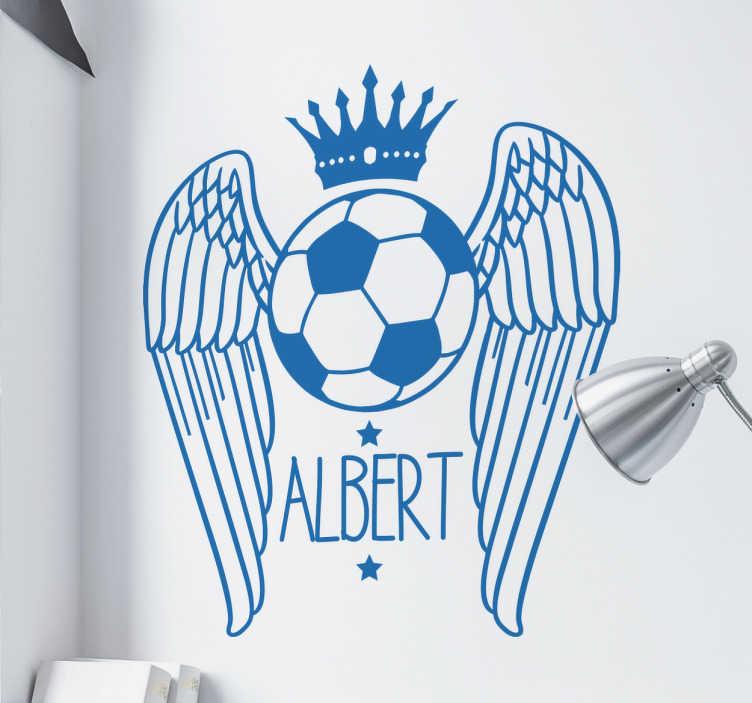 TenStickers. Wandtattoo geflügelter Fußball. Dieses personalisierbare Wandtattoo für alle Fußballfans zeigt einen geflügelten Fußball mit einer Krone. Darunter kann ein Name eingefügt werden.