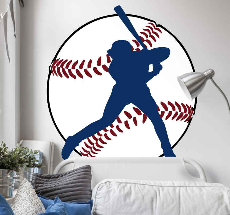 TenStickers. Muursticker Silhouet Honkballer. Muursticker met een silhouet van een honkballer die klaar staat om een home run te slaan, afgebeeld voor een grote honkbal.