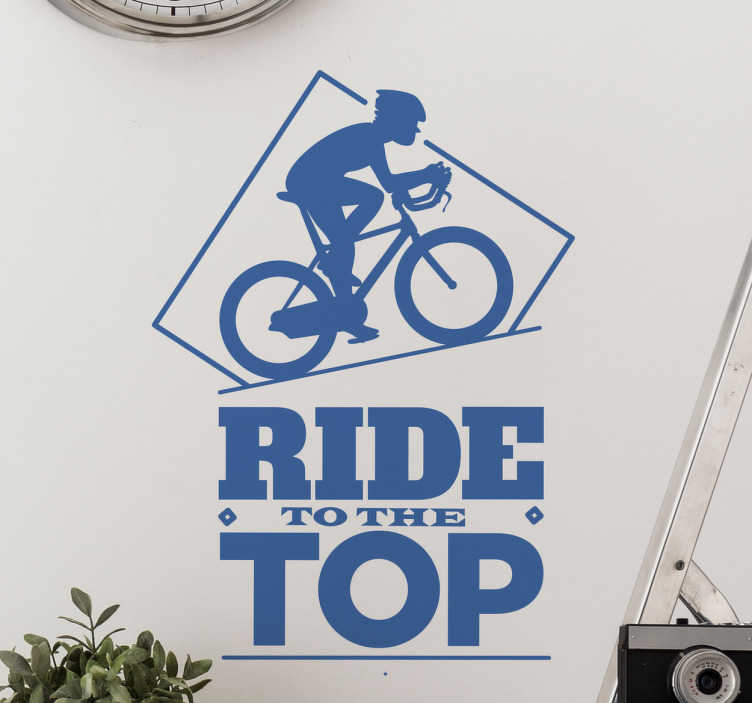 TenStickers. Muursticker fiets tot de top. Muursticker bedrukt met de tekst ¨Ride to the top¨ en daarboven een ploeterende fietser die een berg of heuvel aan het beklimmen is.