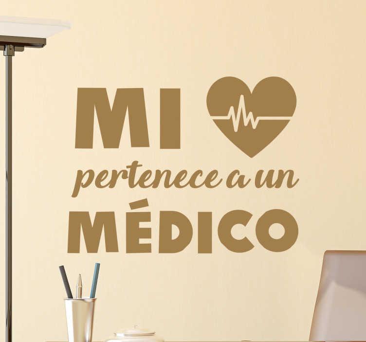 """TenVinilo. Vinilos para médicos corazón. Stickers baratos con la frase """"mi...pertenece aun médico"""" junto a una representación icónica de un corazón."""