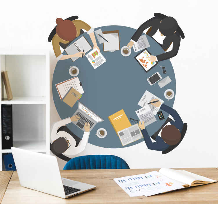 TenStickers. Muursticker kantoor vergader tafel. Muursticker voor op kantoor met een vergader tafel, aan de tafel zitten vier mensen te werken met verscheidene kantoor artikelen.