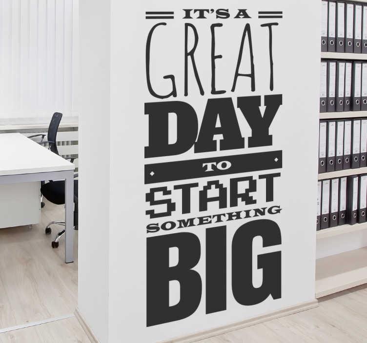 TENSTICKERS. 何か大きな今日の壁のステッカーを始める. 動機づけの壁のステッカーには、「大きなものを始めるには素晴らしい一日です」というフレーズが付いています。毎日私たちに何か特別なことをする機会が与えられます。このステッカーは、毎日のことを最大限活用しなければならないことを思い出させます。このステッカーを使用して職場や自宅の職員に動機づけることができます。