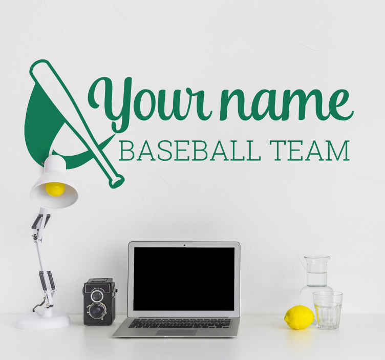 TenStickers. Wandtattoo personalisierbar Baseball Team. Ein Wandtattoo für Ihr Baseball Team. Neben dem schön gezeichneten Schläger lässt sich dieses Wandtattoo personalisieren.