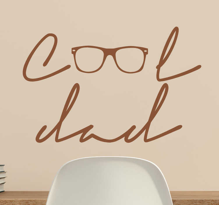 """TenStickers. Wandtattoo Cool Dad. Kreatives Wandtattoo für alle Väter. Es zeigt die Aufschrift """"Cool dad"""" wobei die Zwei Buchstaben """"O"""" durch eine coole Brille dargestellt werden."""