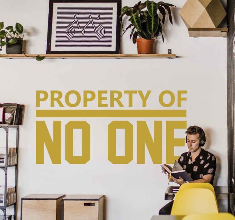 TenStickers. Muursticker property of no one. Muursticker bedrukt met de tekst ¨property of no one¨, vooral de woorden NO ONE en de streep hierboven zijn groot en dik bedrukt.
