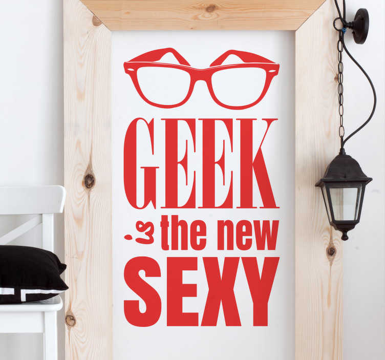 "TenStickers. Muursticker Geek is the new Sexy. Muursticker met de leuke tekst ""Geek is the new Sexy"", boven de tekst is een bril afgebeeld. Afmetingen aanpasbaar. Keuze uit 50+ kleuren."