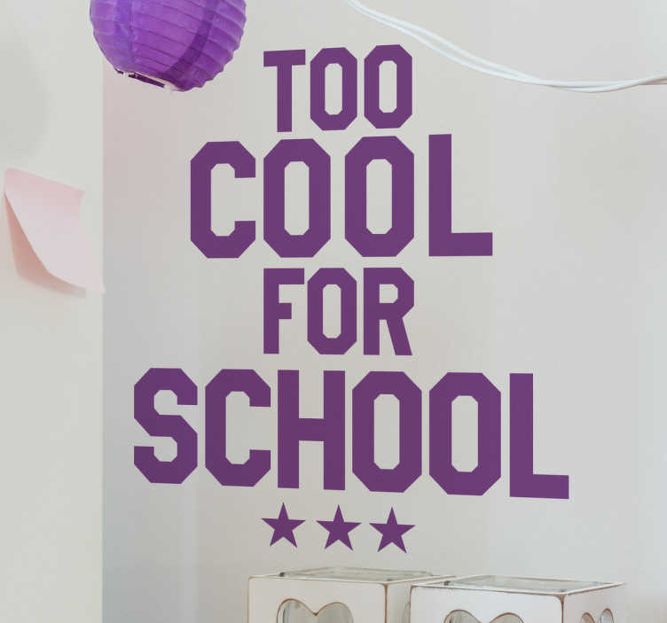TenStickers. Muursticker too cool for school. Muursticker bedrukt met de Engelse tekst ¨Too cool for school¨ met daaronder drie sterren afgebeeld, een grappige tekststicker.