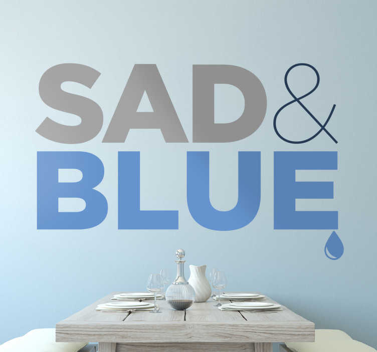 TenStickers. Muursticker Sad & Blue. Muursticker Sad & Blue, waarbij het woord sad grijs en het woord blue blauw is afgebeeld met een traantje aan het eind van het woord.