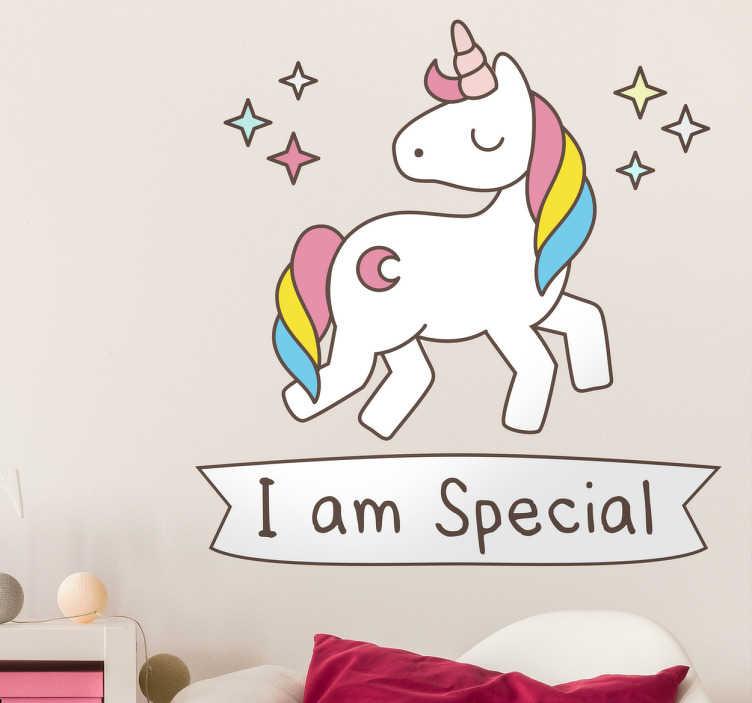 TenStickers. Ben özel tek boynuzlu at duvar çıkartıcısıyım. Tek boynuzlu at duvar çıkartmaları - altında özel yazılı mesaj ile parlak bir tek boynuzlu at. Tek boynuzlu at çıkartması güzel bir gökkuşağı renkli yele sahiptir.